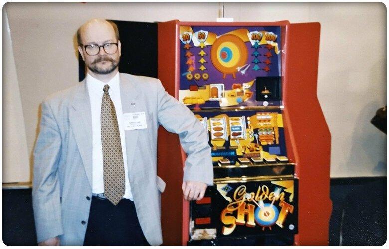 Markku Läärä esittelee Golden Shot -automaattia Lontoon ATEI-messuilla 1994